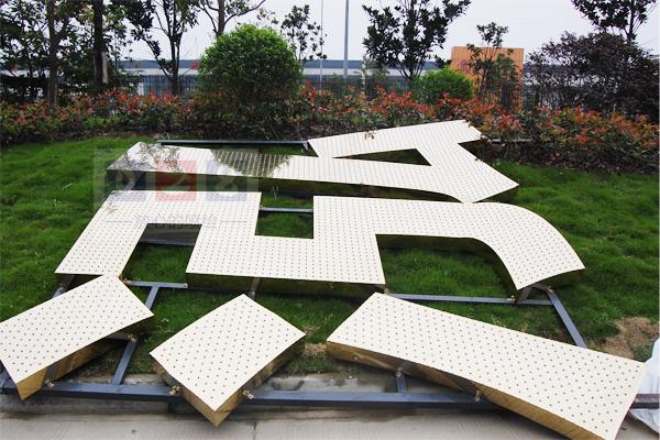 楼顶发光字字形由不锈钢板或镀锌板做字壳
